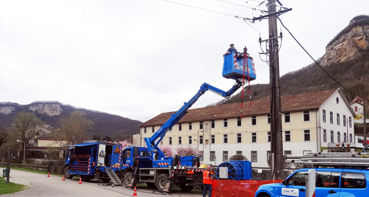 THE TECHNICAL OPERATORS OF THE HIGH VOLTAGE POWER LINES ADOPT ALL THE VOKKERO!